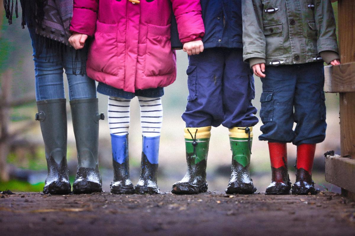 Matsch und Gummistiefel: Nach der Schule brauchen Kinder Zeit und Raum für das, was ihnen Spaß macht.