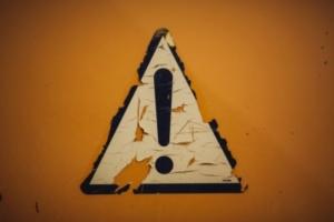 Schild mit Ausrufezeichen