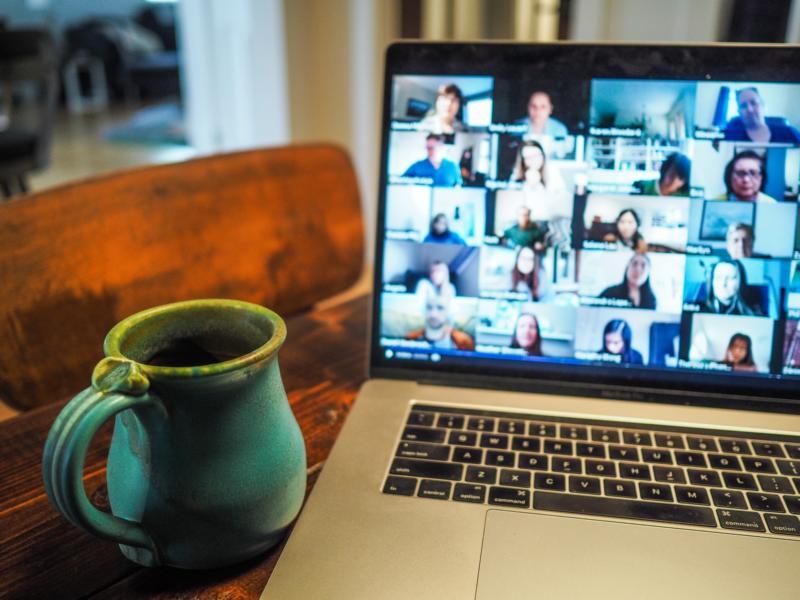 Auf einem Laptopbildschirm tummeln sich Teilnehmer*innen eines Seminars: Online-Seminare ermöglichen Fortbildung in Zeiten der Kontaktbeschränkungen.