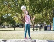 Mädchen spielt mit Ball